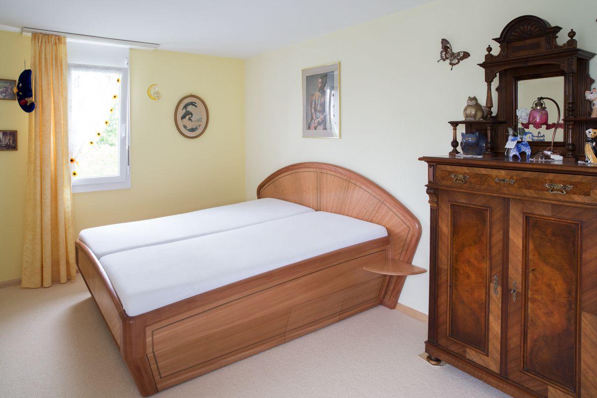 Doppelbett und Kommode