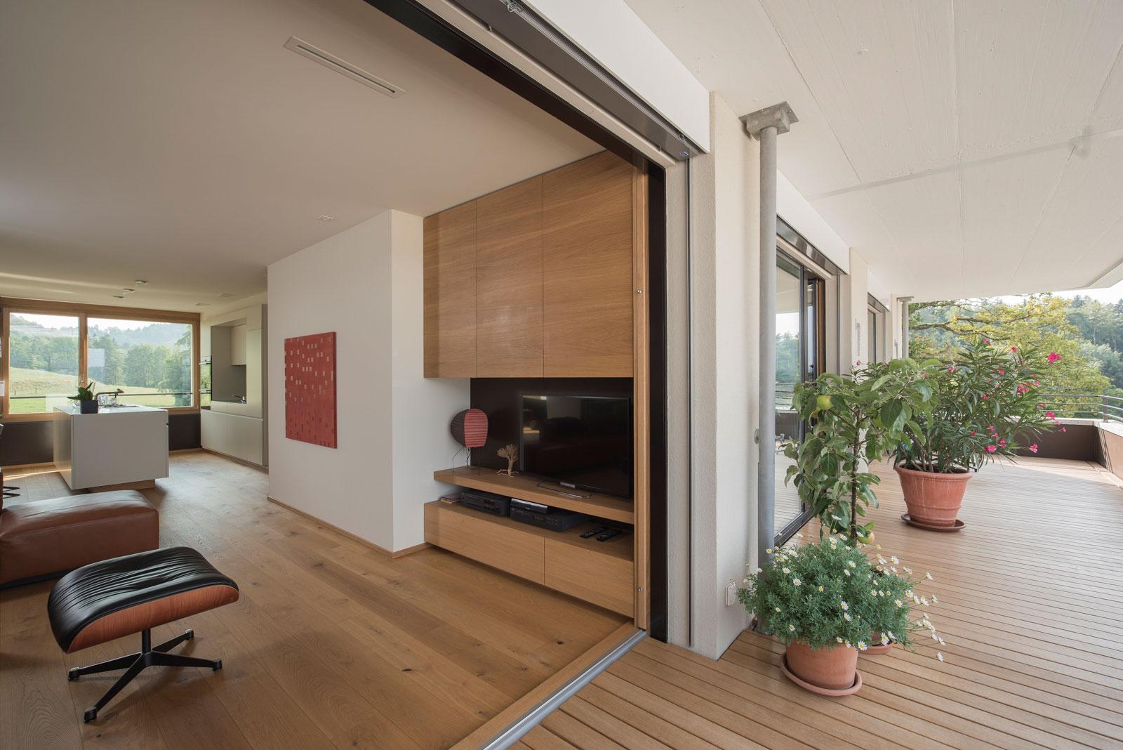 Blick auf Einbaumöbel von der Terrasse aus